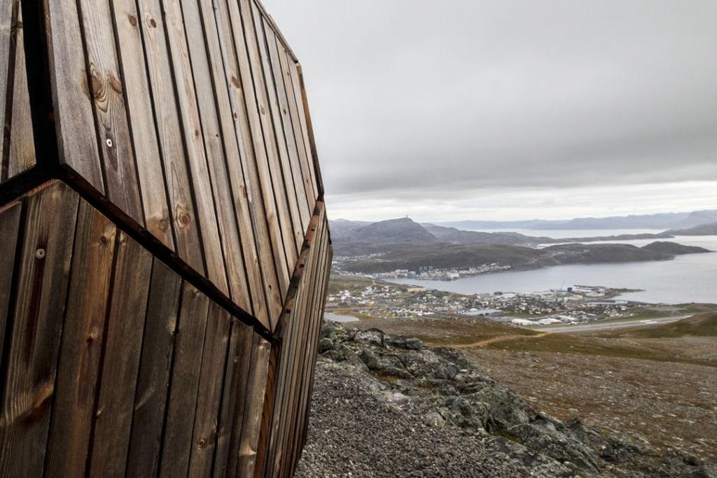 Le Hammerfest Cabin - ressemble à une coque de noix géante posée face aux paysages énigmatiques du cercle arctique. [©Spinn Arkitekter]
