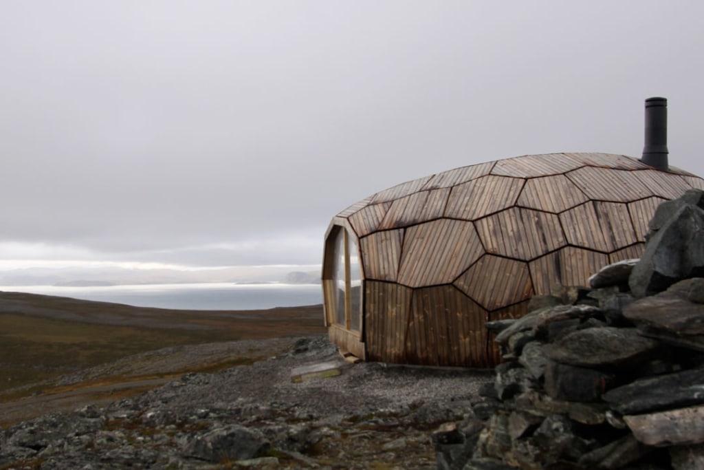 Pour faire face aux conditions climatiques d'Hammerfest, le Hammerfest Cabin est en bois Kebony. [©Spinn Arkitekter]