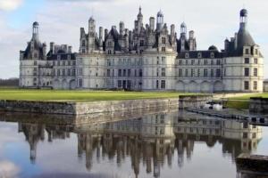 Le château de Chambord : architecture extraordinaire imaginée pour la gloire de François I, où flotte l'esprit de *Léonard de Vinci
