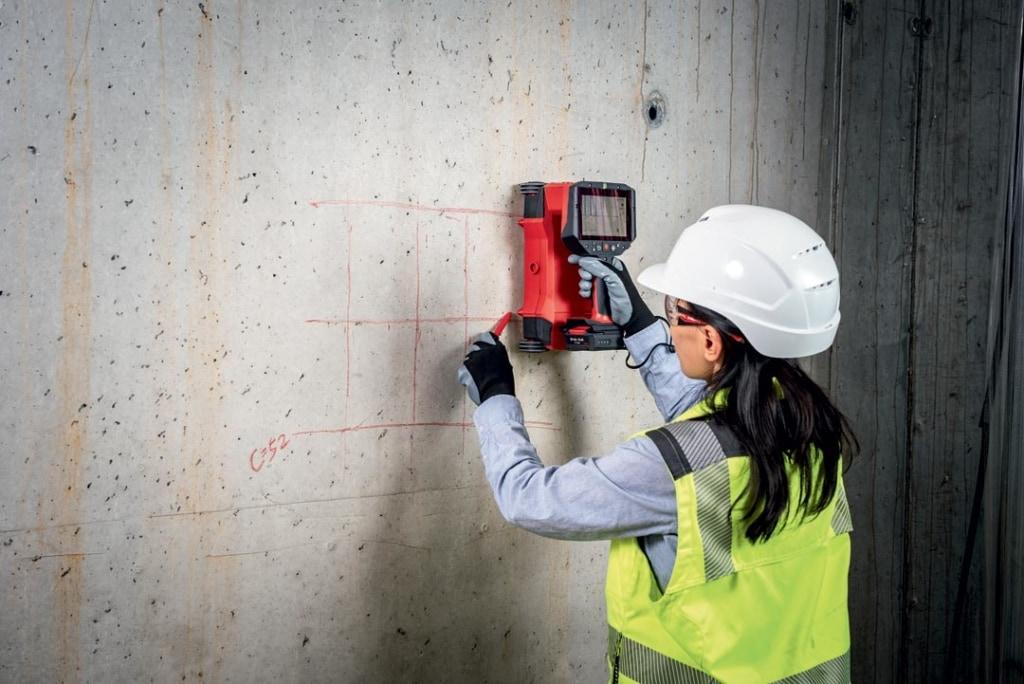 Equipé d'un écran intégré, le nouveau PS 300 fournit des vues en plan et des vues en coupe de la disposition des fers d'armature pour une analyse de structure sur site. [©Hilti]