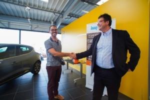 """Knauf Insulation a remis les clefs de la Renault Clio Trend DCI, gros lot du concours """"Fêtez Noël avant l'heure, à Fabien Aucoin. [©Knauf Insulation]"""