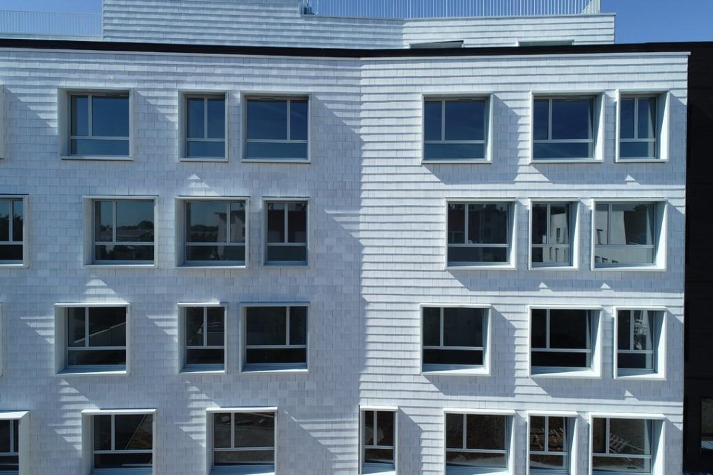 « Nous venons de terminer la livraison d'un très beau chantier de 1000 m2 de bardeaux émaillés blanc à La Courneuve avec le promoteur Nexity. »
