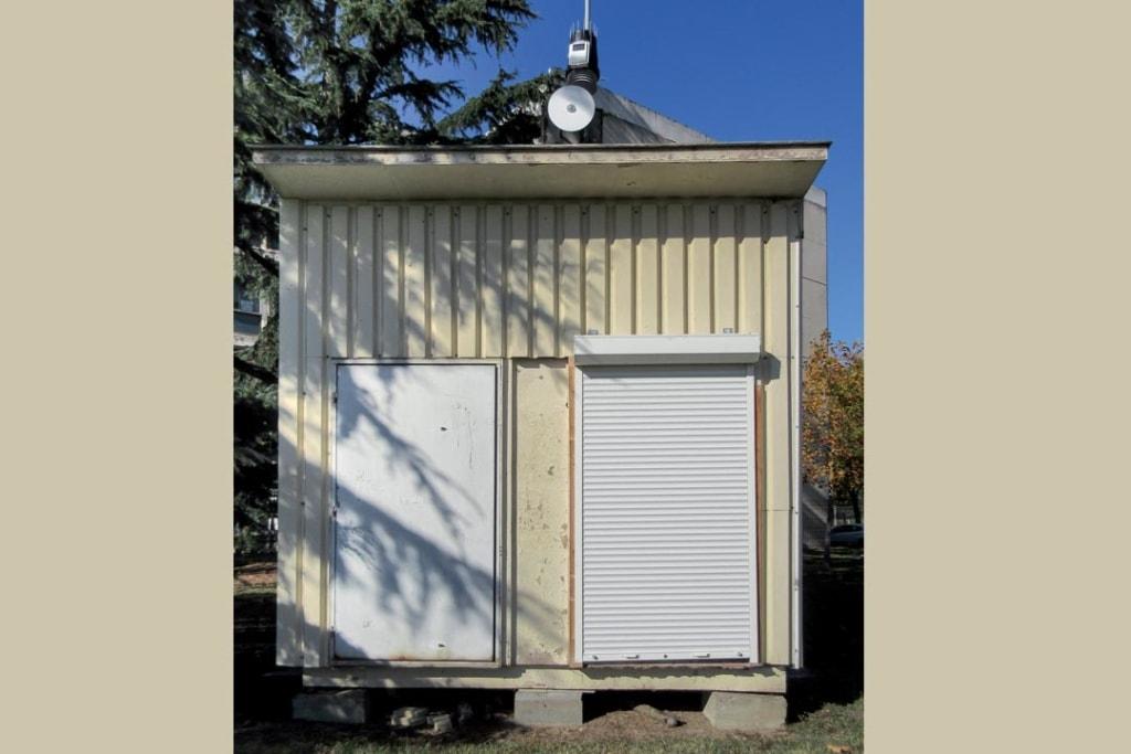 """Vue de l'extérieur de la """"maison"""" expérimentale divisée en deux chambres. [©Université de Toulouse]"""