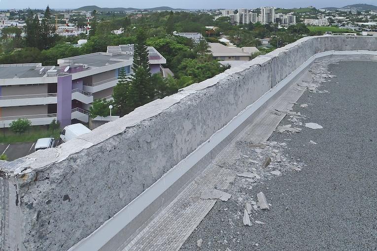 Désagrégation d'acrotères en béton liée à la zéolithe, sur un immeuble en Nouvelle-Calédonie. [©FFB-UMGO]