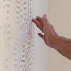 Test de matriçage sur façade à Servas avec l'artiste Jérémy Gobé.  [©Weber]