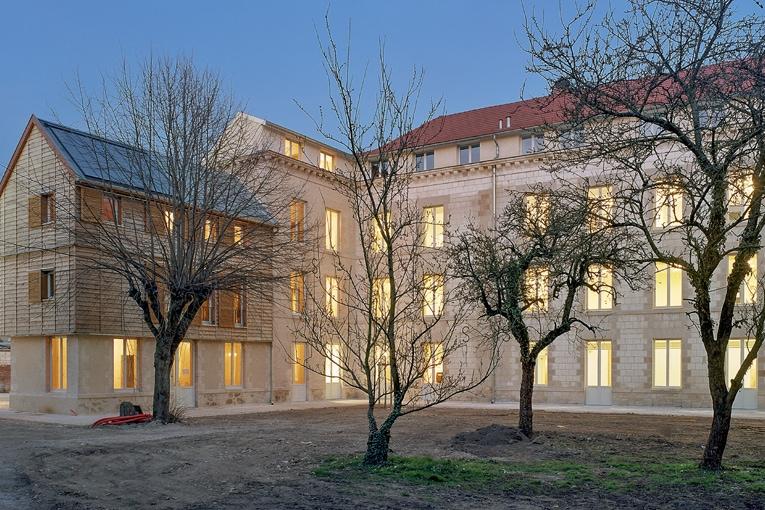 Les murs de la maison diocésaine Odette Prévot de Châlons-en-Champagne ont été isolés avec un enduit de béton de chanvre lors de sa rénovation en 2004. La consommation énergétique constatée pour le chauffage est de 61 kWh/m2/an (relevés 2013 et 2014). [©Courtesy M'Cub/Luc Boegly]