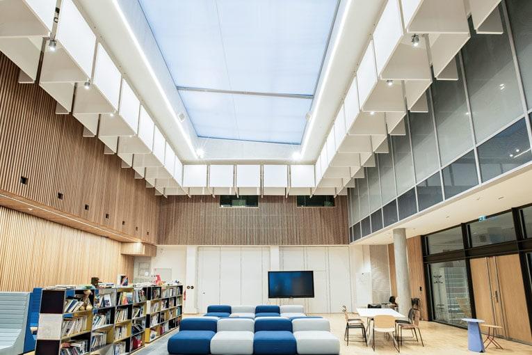 Le Centre de recherches interdisciplinaires a été imaginé comme un lieu po-lyvalent propice aux partages des savoirs. [©Armstrong Ceiling Solutions/Studio Vu]