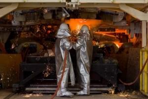 Les différentes matières premières sont chauffées à 1 500 °C dans un cubilot pour créer les fibres de la laine de roche. [©knauf Insulation]