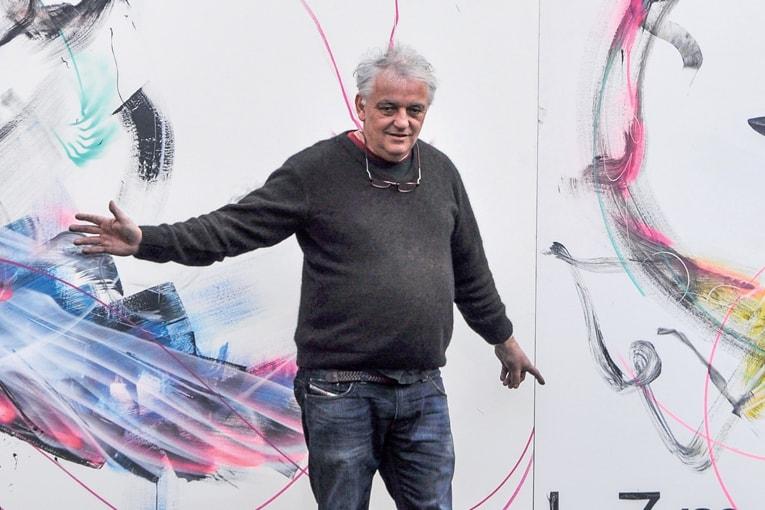 Sylvestre Verger, commissaire d'expositions et collectionneur de fragments du Mur de Berlin : « Ces morceaux en béton représentent le béton de la liberté. L'art a gagné ! » Ici, face à la fresque de l'artiste brésilien LM7. [©Olivier Borst]