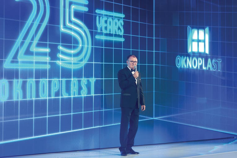 Adam Placek, fondateur d'OknoPlast, ouvre la cérémonie des 25 ans de l'entreprise. [©ACPresse]