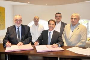 Patrick Liébus, président de la Capeb, et Enrique Ramirez, Dg de Pladur, ont de nouveau signé un partenariat qui rapproche les deux entités autour du plâtre. [©Capeb]