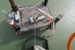 Opération de coulage du béton à la pompe sur le pont de Noirmoutier.
