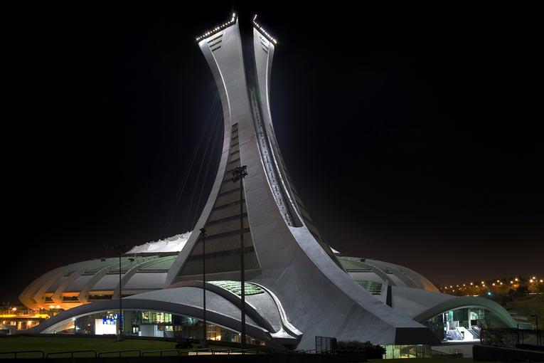 Pour accueillir les Jeux olympiques d'été de 1976, la ville de Montréal confie la réalisation du parc olympique à l'architecte français Roger Taillibert. Ce dernier édifia un stade omnisport ellipsoïdal couvert, en béton préfabriqué, de 65 000 places. Ouvert au centre, ce stade est surmonté d'une tour inclinée de 175 m de hauteur. La plus haute au monde. [©Wikipédia]