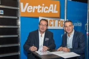 Joël Four, président de JeanFour, et Alexandre Souvignet, Pdg d'Alphi, signe un partenariat pour la distribution du coffrage modulaire VerticAL. [©ACPresse]