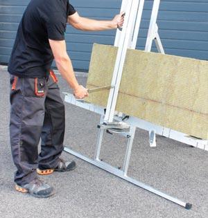 La table de découpe Edma Outillage offre un gain de temps considérable lors de la pose des panneaux en laine de roche. [©Edma Outillage]