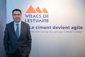 Youssef Alaoui, directeur général délégué de Vracs de l'Estuaire. Juste derrière, on découvre le nouveau logo de l'entreprise et sa signature. [©ACPresse]