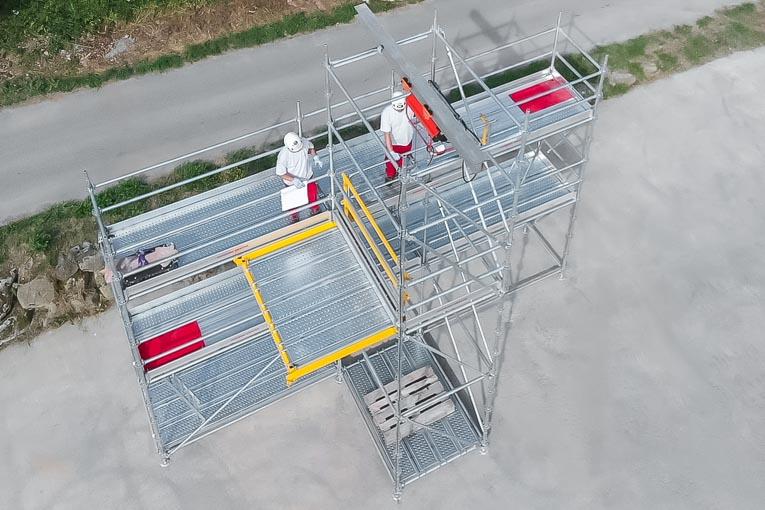 Le Plancher Escamotable (partie jaune) d'Hussor Erecta permet la manutention de charges lourdes dans des sapines de levage en toute sécurité. [©Hussor Erecta]