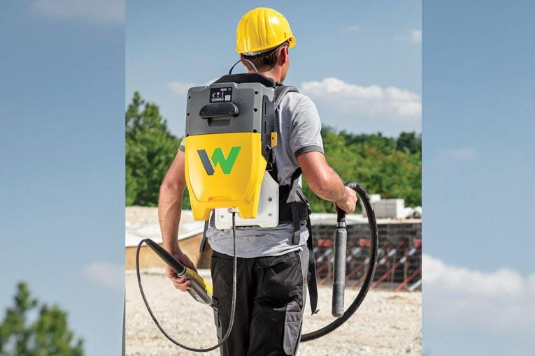 Wacker Neuson lance l'ACBe, une aiguille vibrante alimentée par une batterie logée dans un sac à dos. [©Wacker Neuson]