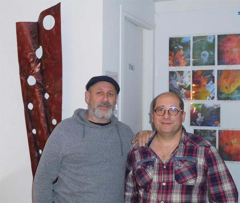 L'artiste Jean-Yves Boulay, à gauche et Lionel Sananès, de la cave à vins Dom Zébulon, avenue de Mun à Saint-Nazaire. [©JYB]