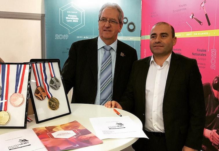 Michel Guisembert, président de WorldSkills France, et Sébastien Negre président d'Edma Outillage, lors de la signature du partenariat de WorldSkills France. [©Edma]