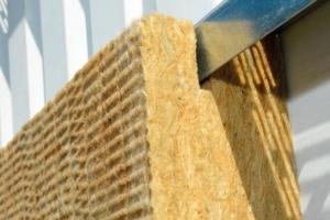 Rockwool propose Rockzed Bardage pour rénover les bardages métalliques sans les démonter. [©Rockwool]