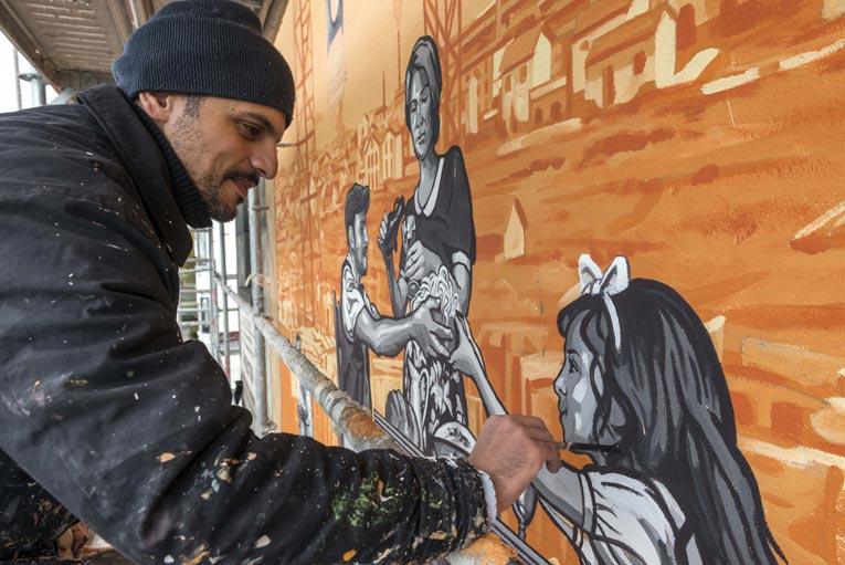 Après 30 ans d'exposition, les fresques de la Cité urbain,ne de Tony Garnier connaissent aujourd'hui un vaste programme de rénovation. [©CitéCréation]
