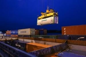 Chargement du conteneur cimentier Eqiom sur la barge de transport fluvial. [©Haropa]