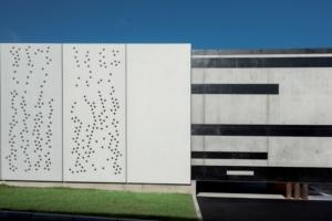 Quelque 46 panneaux traversés d'ogives de verre ont été préfabriqués par l'industriel du béton Naullet. [©ACPresse]