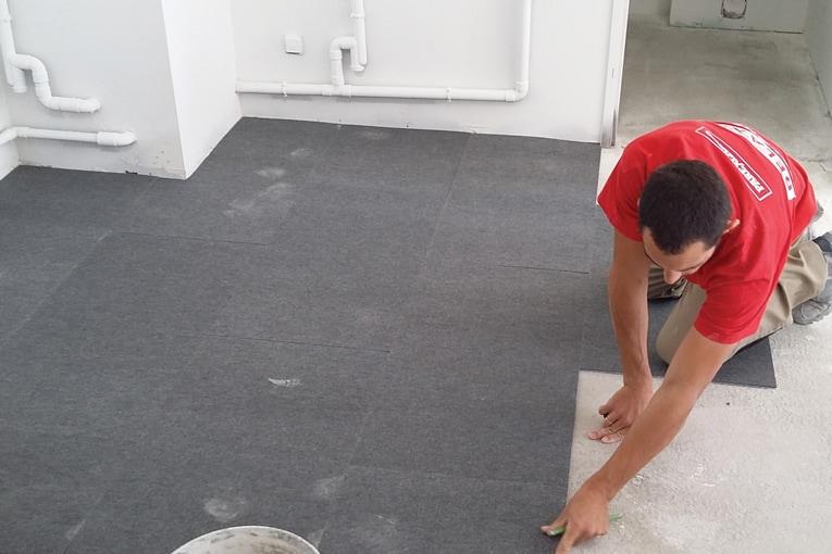La Colle à Plak s'applique sur les sols intérieurs. [©Parexlanko]