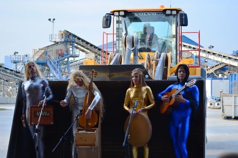 La troupe des Saltimbanques en représentation dans le théâtre On The Rocks de la carrière de l'Armailler Granulats Vicat.