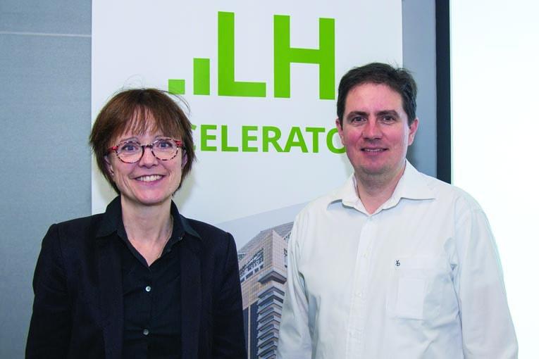 Sandra Boivin, directrice de la R&D de LafargeHolcim, et Matthieu Horgnies, chercheur au LafargeHolcim Innovation Center.