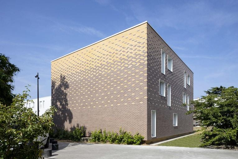 Les Résidences Yvelines Essonne s'est engagé dans un grand chantier de réhabilitation thermique des façades dans plusieurs quartiers de La Grande Borne. [©Zolpan]
