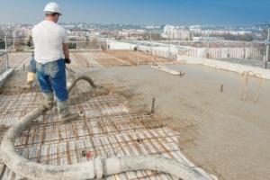 Mise en œuvre d'un béton sur chantier.