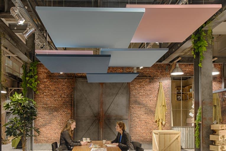 La nouvelle gamme Solo Textile est une solution acoustique qui se compose de panneaux flottants, sans cadre, de format carré. [©Ecophon]