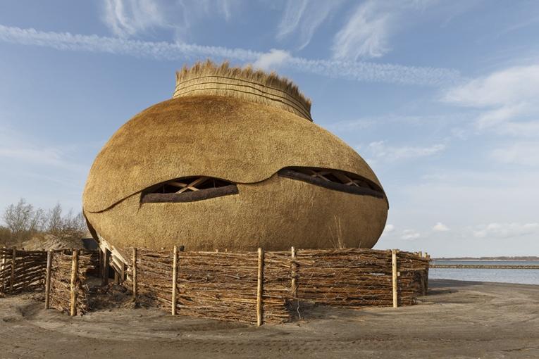 La partie basse de la structure, souvent inondée, est réalisée en bois Accoya, tandis que le haut est fabriqué en épicéa. Le toit est en chaumes de roseaux, prélevés sur place. [©Katja Effting]
