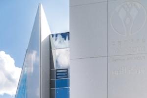Le Centre An Nour est un monolithe blanc ciselé. Une façon de jouer avec la lumière. [©Martin Itty/Pixitty]