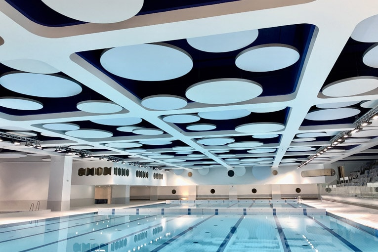 Clipso a conçu un plafond pour assurer l'isolation acoustique sur mesure de sa gamme So Acoustic pour la rénovation de la piscine olympique du stade Louis II, à Monaco. [©Clipso]