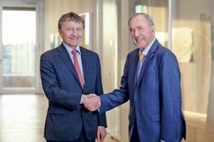 Rolf Theenhaus (à droite) cède la présidence du conseil d'administration de Krohne à Michael Rademacher-Dubbick. [©Khrone]