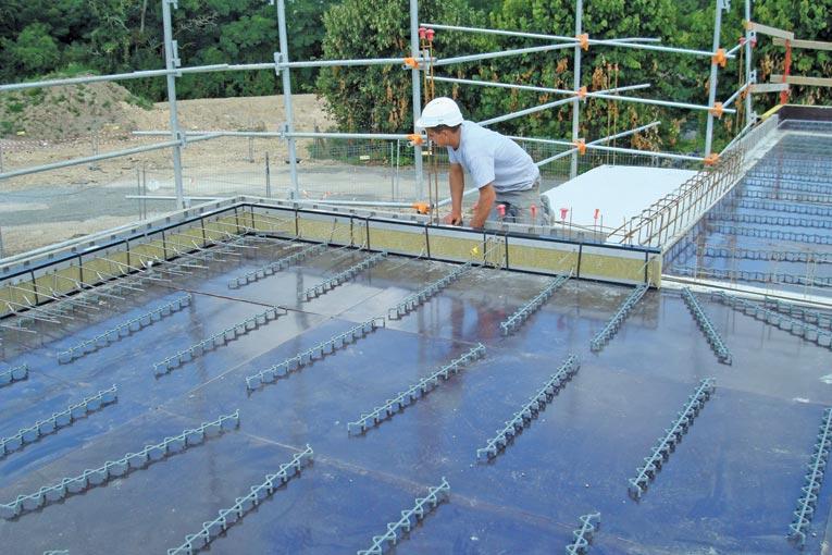 L'Isotec RT+, modèle VI de Plaka, permet de traiter les ponts thermiques dans un cas classique de voile associé à un plancher. [©Plaka]