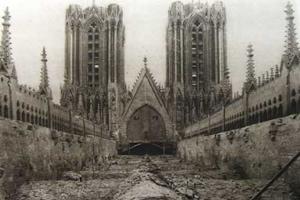 Etat des combles au-dessus de la nef après l'incendie.