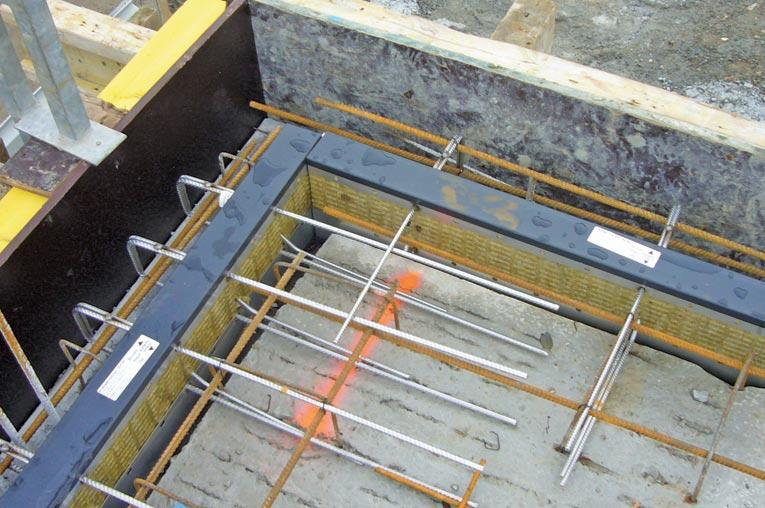 Les rupteurs d ponts thermiques pour balcon - ici l'Isotec RT+, modèle MVI - n'ont pas de boucles à l'arrière, mais des aciers (100 % Inox) des deux côtés, permettant de reprendre les efforts tranchants et fléchissants. [©Plaka]