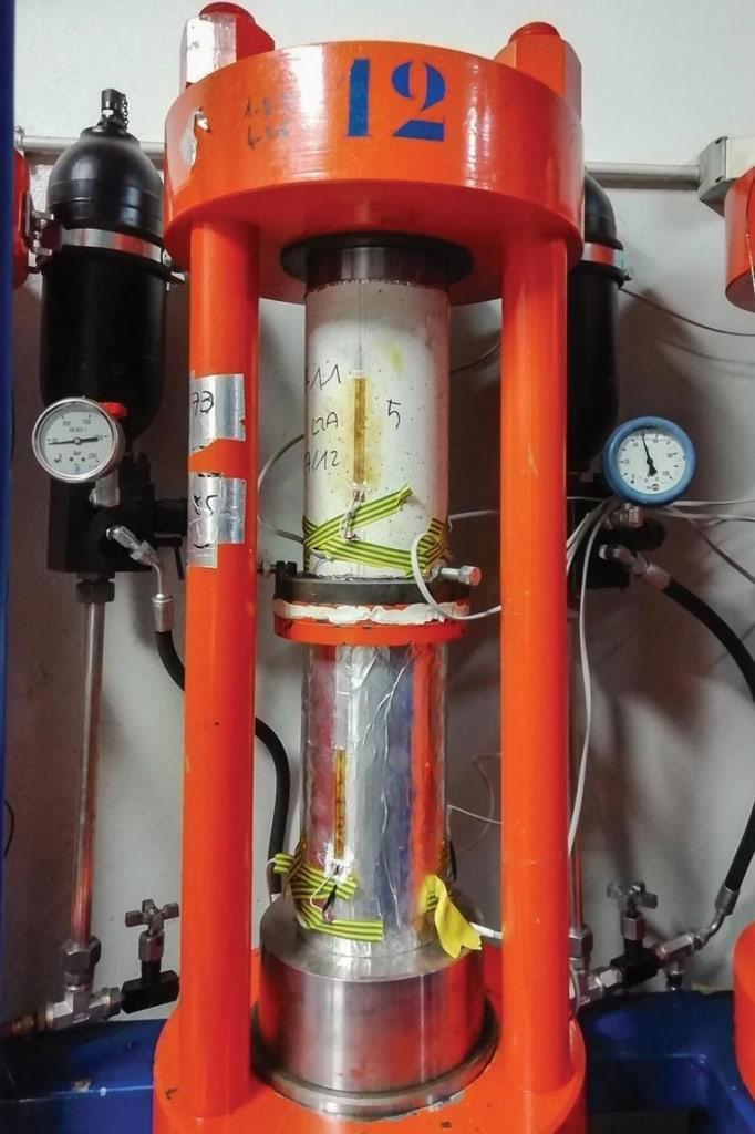 Essais de fluage sur des bétons de liants alcali-activés (laitiers activés aux carbonates, en conditions de dessiccation et endogène). [©LMDC]