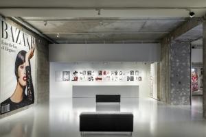 """La réouverture de l'aile Rohan du MAD a été marquée par la scénographie minimaliste du Studio Adrien Gardère réalisée pour l'exposition """"Harper's Bazaar, premier magazine de mode"""". [©Bien Urbain/Luc Boegly]"""