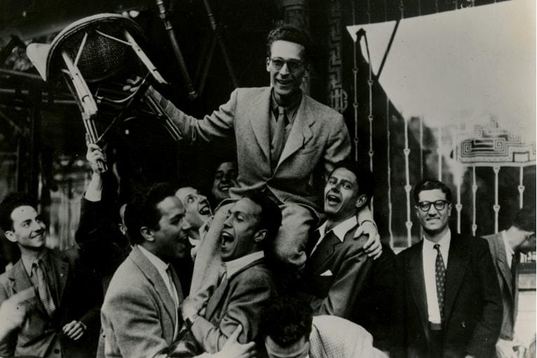 Guillaume Gillet porté par ses condisciples après l'obtention du Prix de Rome, le 10 juillet 1946. [©Fonds Gillet. SIAF/Cité de l'architecture et du patrimoine/Archives d'architecture du XXe siècle]