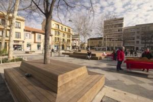 Sur la place de Gaulle, à Cagnes-sur-Mer, le bois des éléments qui habillent désormais l'espace développera une patine grise argentée avec le temps.
