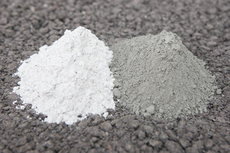 A gauche, laitier moulu de hauts fourneaux et, à droite, ciment gris. [©DR]