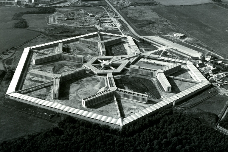 Vu aérienne de la prison de Fleury-Mérogis réalisée entre 1965 et 1969. [©Fonds Gillet. SIAF/Cité de l'architecture et du patrimoine/Archives d'architecture du XXe siècle]