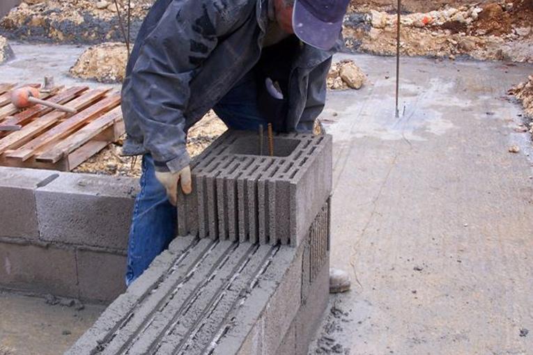 La grille de mise en œuvre permet de former les joints horizontaux.