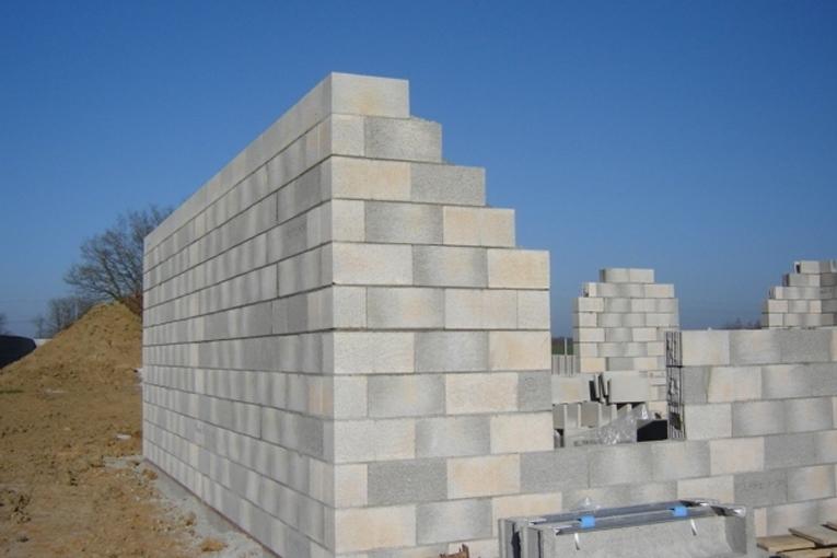 La pose maçonnée a été choisie pour monter les murs de Cogebloc.  [©Cogetherm]