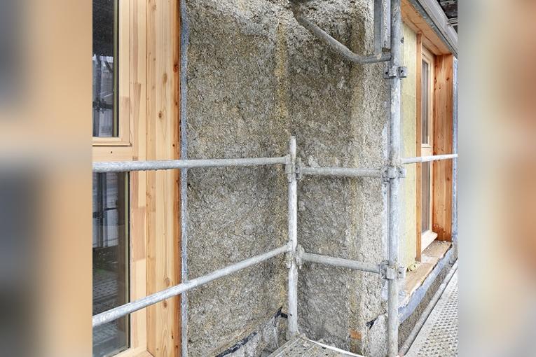 Le positionnement des parois bois fixées sur la structure porteuse permet un recouvrement de 12 cm du nez de la dalle béton par le béton de chanvre. L'isolation est continue, évitant tout pont thermique. [©LM Ingenieur]